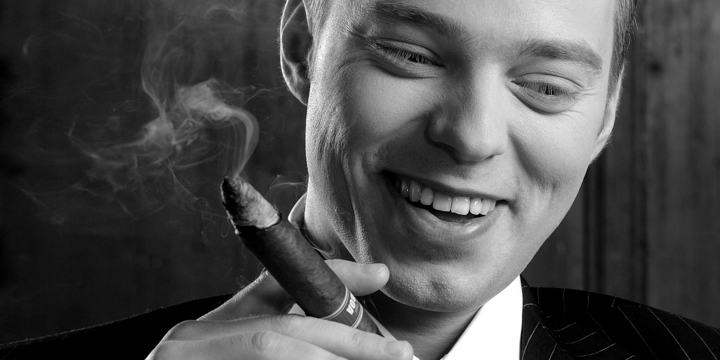 People Fotografie Stuttgart und Umgebung Charakter Portrait Balboa Zigarren Mann im Anzug und Krawatte mit einer Torpedo Zigarre