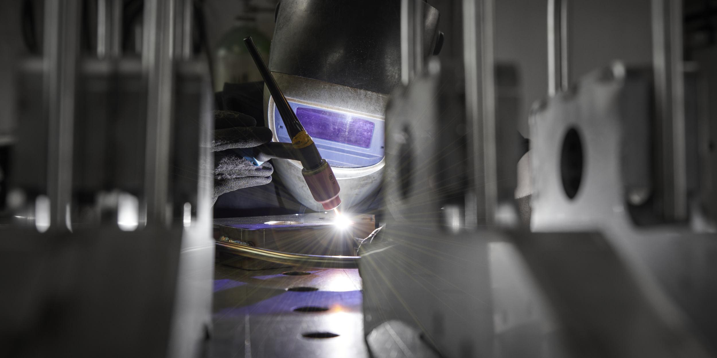 Industriefotografie Stuttgart und Umgebung CEM Blech Leonberg Höfingen Lasertechnik Schweissen Blechbearbeitung Imagebilder Industrie und Mensch Schweissen Schweisser Maske Blech schweissen Präzision