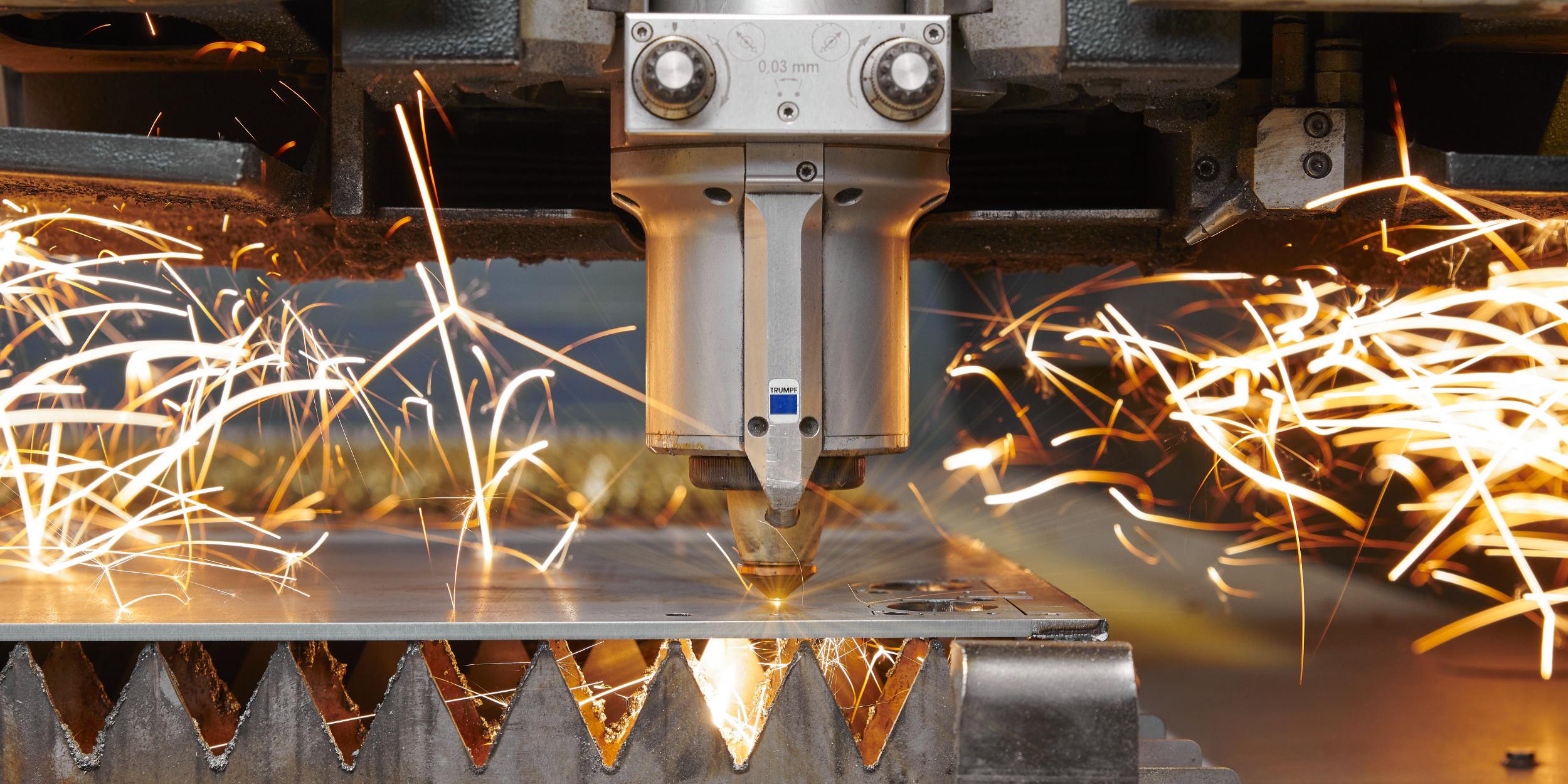 Industriefotografie Stuttgart und Umgebung CEM Blech Leonberg Höfingen Lasertechnik Schweissen Blechbearbeitung Imagebilder Industrie und Mensch Laserschneiden TRUMPF Maschine