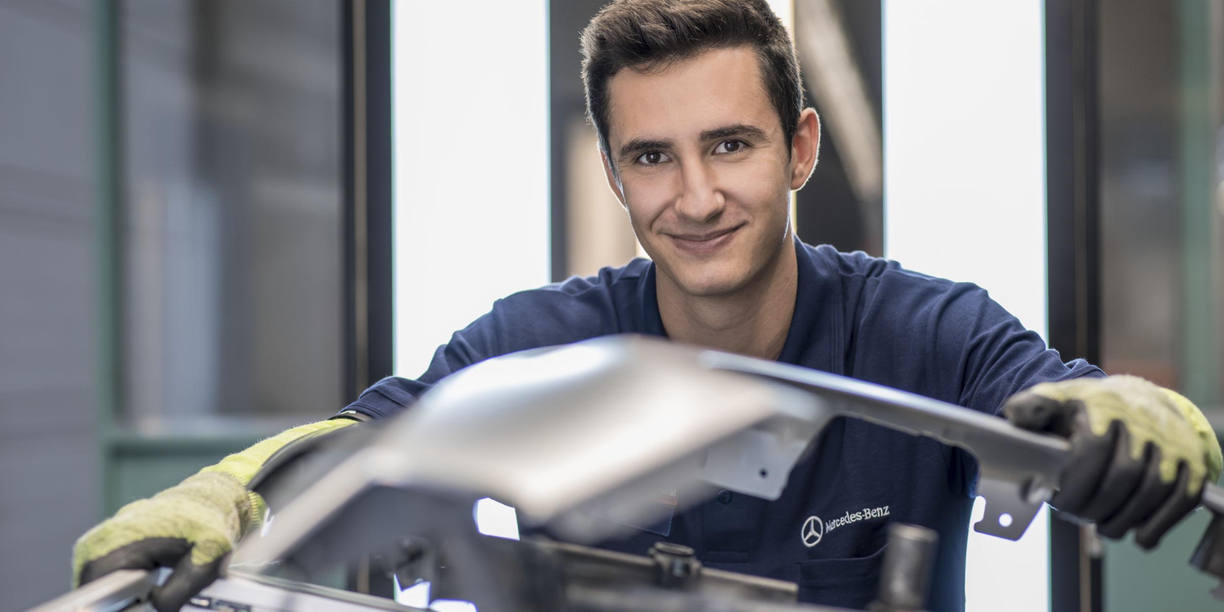 People Fotografie Stuttgart und Umgebung Charakter Portrait Azubi bei Kontrolle eines Pressteils Mercedes Benz Werk Gaggenau