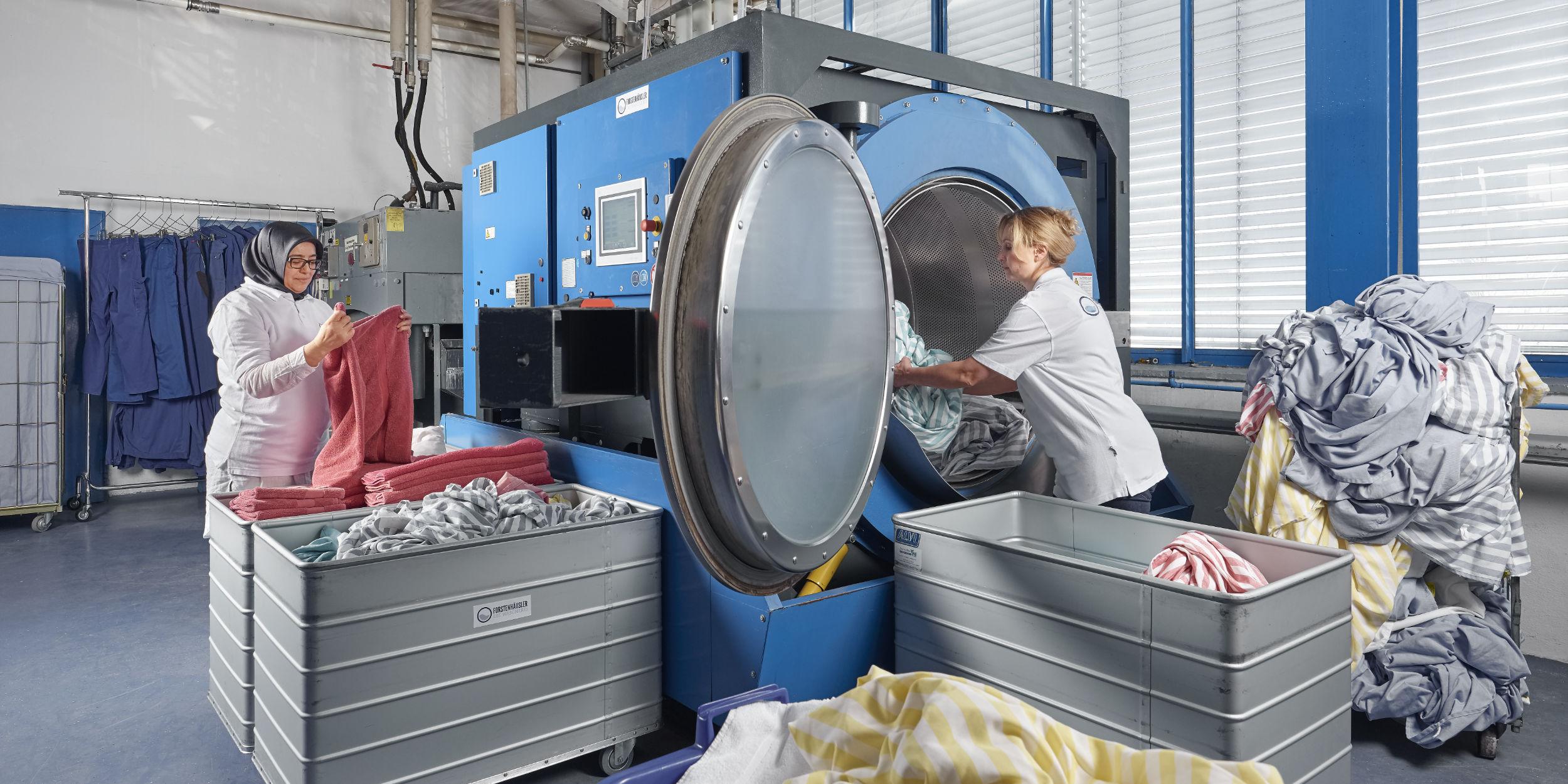 People Fotografie Stuttgart und Umgebung Charakter Portrait Forstenhäussler Ludwigsburg Waschmaschine interkulturelles arbeiten Großwaschmaschine Wäsche