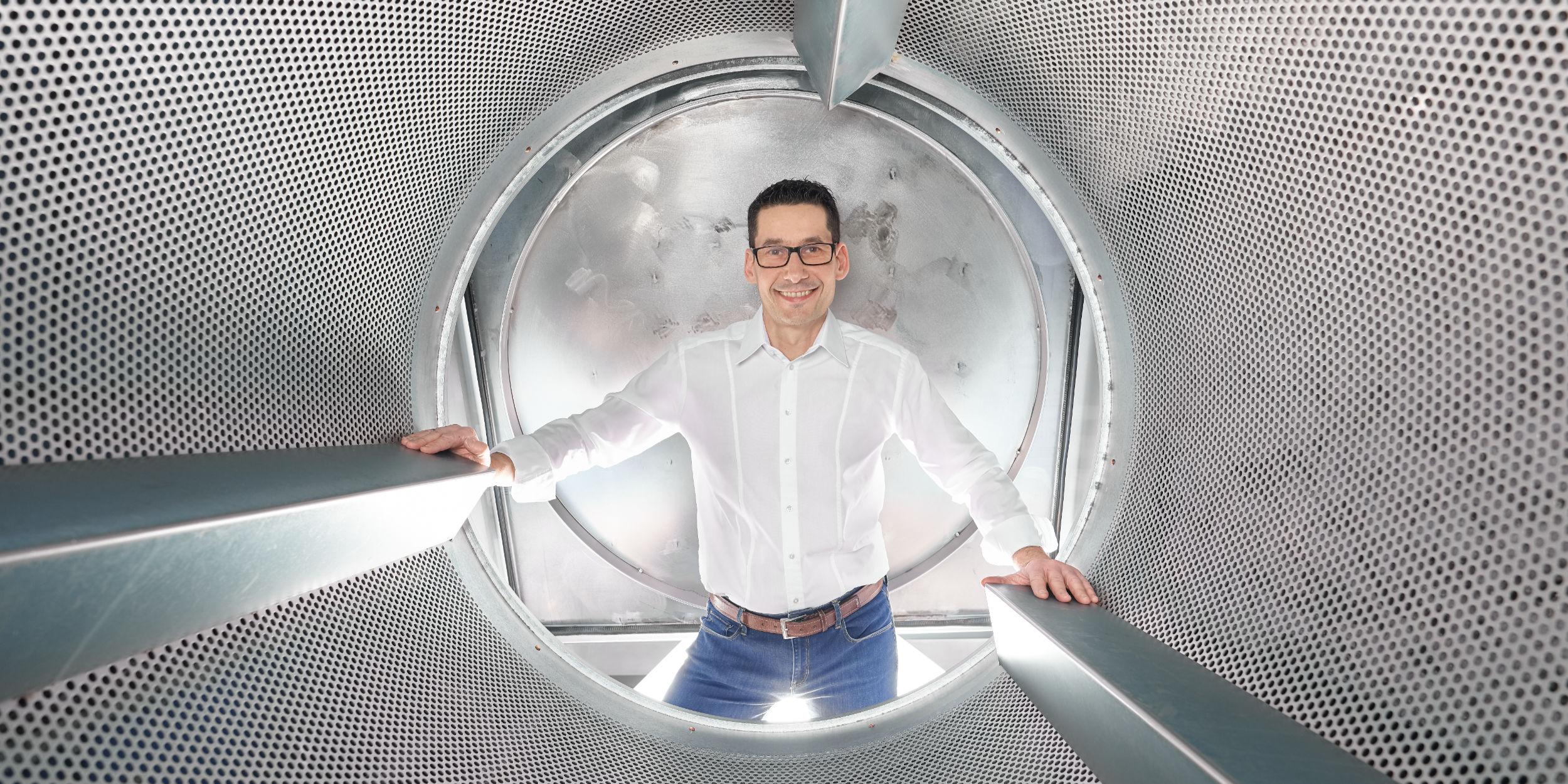People Fotografie Stuttgart und Umgebung Charakter Portrait Forstenhäussler Ludwigsburg Waschmaschine weisses Hemd Blue Jeans