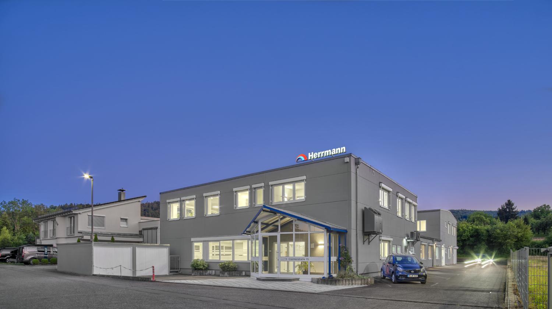 Architekturfotografie Stuttgart und Umgebung Herrmann Automation Bürogebäude Produktionsgebäude Firmenwagen Plüderhausen richtige Zeit richtiger Ort