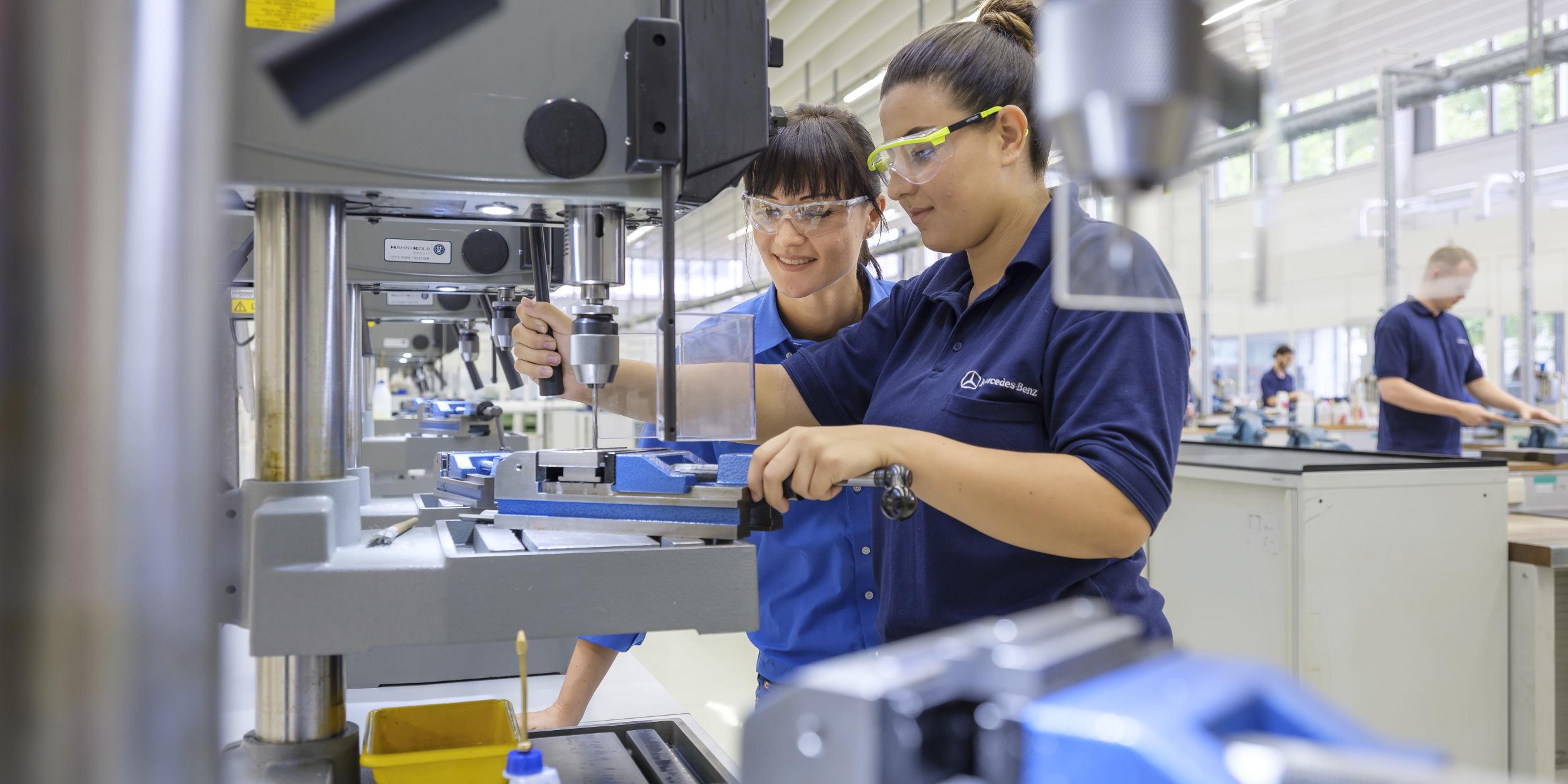 Mercedes Benz AZUBI Kampagne Stuttgart Bohren Auszubildender Ausbilder Bohrmaschine bohren zerspanen