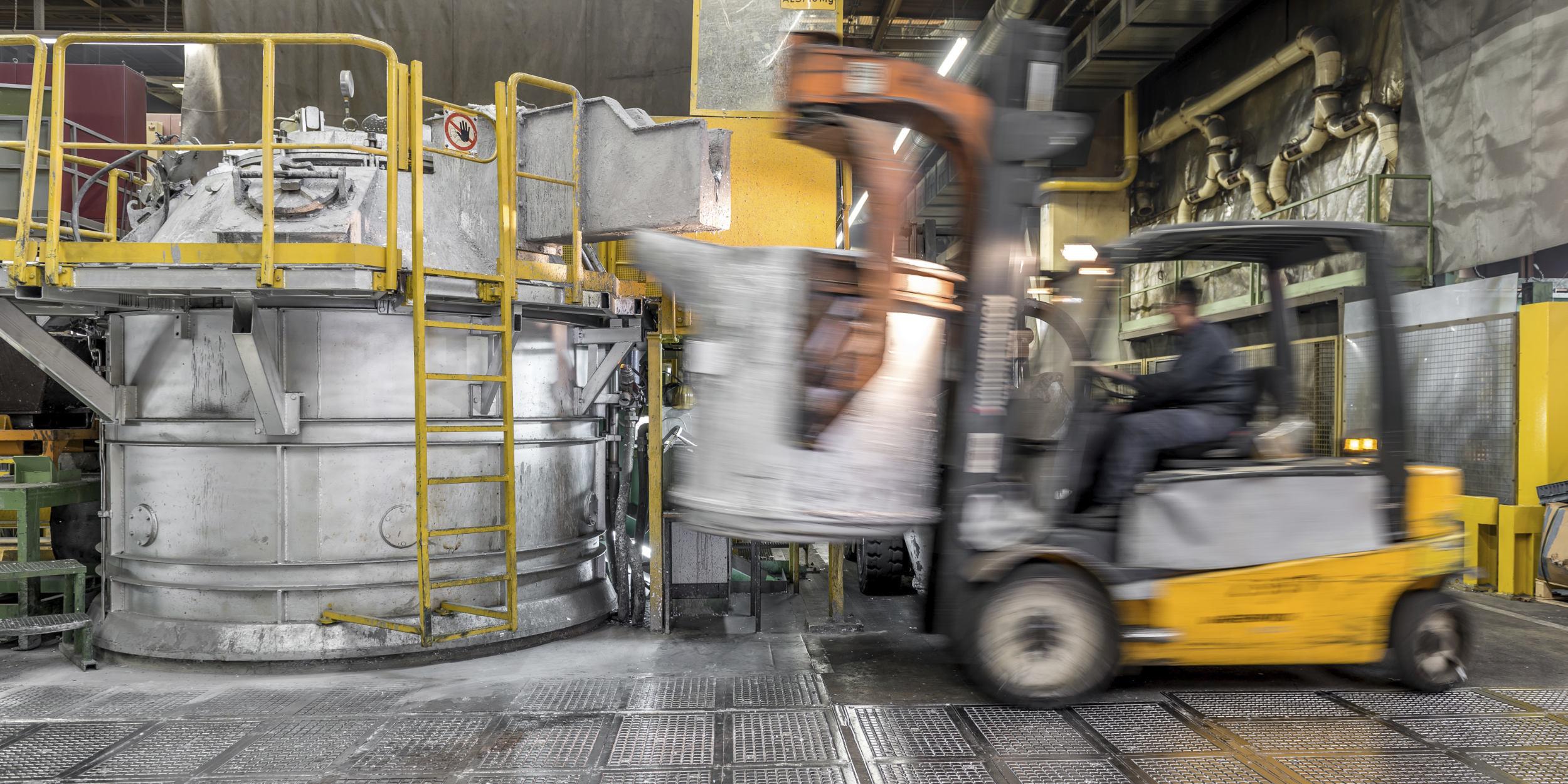 Industriefotografie Stuttgart und Umgebung Mercedes Benz Mettingen Aluminiumguss flüssiges Aluminium Vorsicht umgiessen Gabelstapler