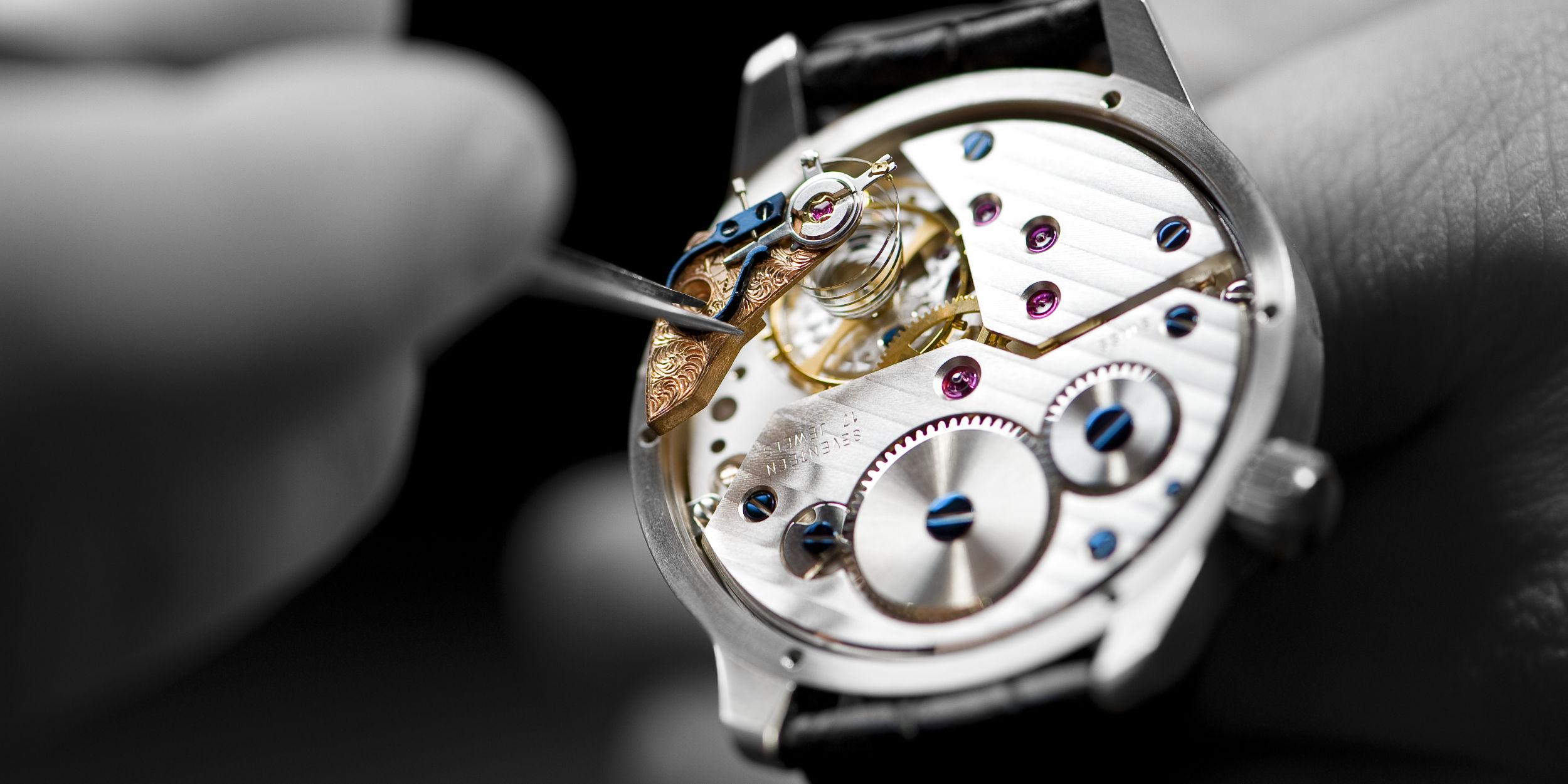 Produktfotografie Stuttgart und Umgebung Nivrel Uhr Uhrwerk Genfer Schliff Saarbrücken Saphir hand geschraubte Unruhe Aufzugsfeder Uhr Mechanik Uhrmacherkunst Handwerk
