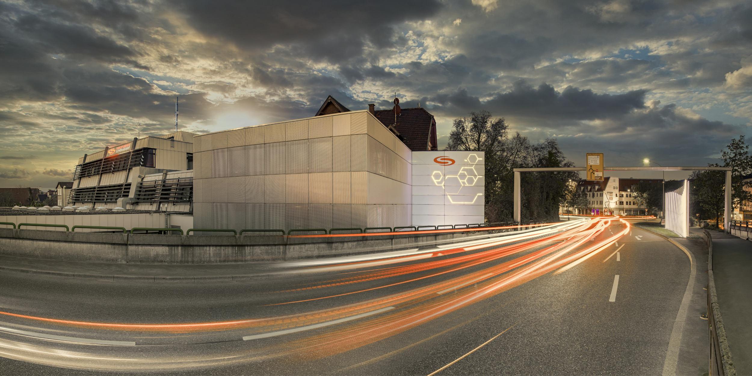Panoramafotografie Virtuelle Touren 360Grad Fotografie Stuttgart und Umgebung Teilpanorama Arnodlbrücke Schorndorf Stadtwerke Schorndorf Abendstimmung Dramatischer Himmel Auto Lightlines Dämmerung