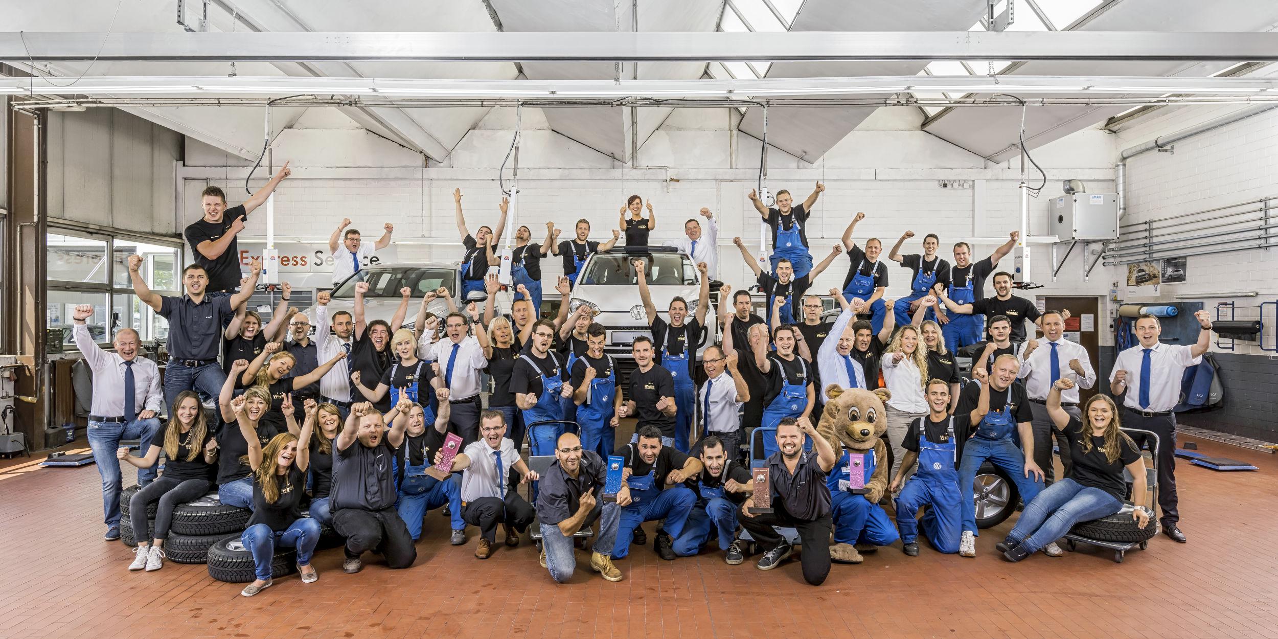 Mitarbeiter Fotografie Stuttgart und Umgebung Mitarbeiterfotos Autohaus Weeber Herrenberg Gruppenbild aller Mitarbeiter in der Werkstatt